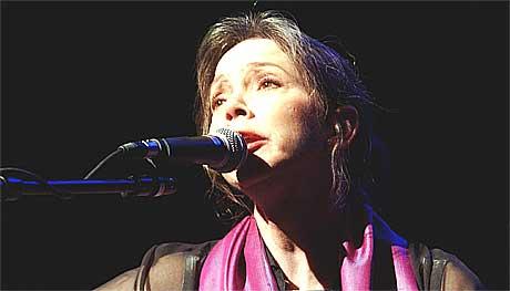 Nanci Griffith var en av artistene som spilte i kampen mot landminer i Olso konserthus i 2002. Foto: Heiko Junge, Scanpix.