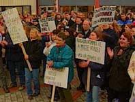 Flere hundre møtte opp for å protestere mot Sparebank 1 Midt-Norges salg til Lerøy. Foto: MidtNytt