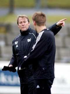 Åge Hareide instruerer Erik Hoftun før møtet med Røde Stjerne. (Foto: Gorm Kallestad / SCANPIX)