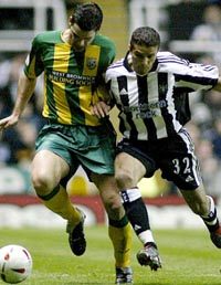 Bernt Haas fra West Bromwich i kamp med Newcastles Laurent Robert (Foto: Simon Bellis, Reuters)