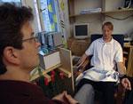 Cristopher Nielsen testar ein av tvillingane sin tåleevne for kulde