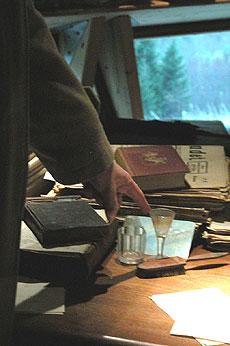 Vetle-Ivar syner provet på at Ivar Aasen drakk akevitt. - Han skreiv aldri i bakrus, seier Ottar Grepstad.