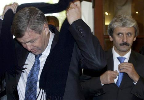 Kjell Magne Bondevik gjør seg klar til samtaler med Slovakias statsminister Mikulas Dzurinda, som retter på slipset. (Reuters/Scanpix)