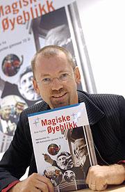 Arve Fuglum har skrive boka om Radiosporten gjennom 70 år, som NRK gir ut i desse dagar. (Foto: Heiko Junge / SCANPIX)