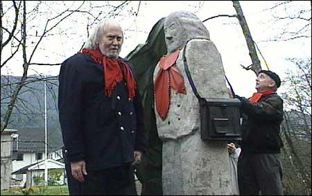 Statue-donor Bjarne Huus hjalp til med å avduke statuen. Modellen sjølv, Oddvar Torsheim, meinte mora ville ha sagt: