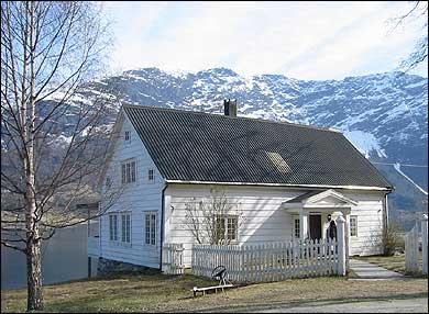Hovudhuset på Fuhr-garden. (Foto: Ottar Starheim, NRK © 2003)