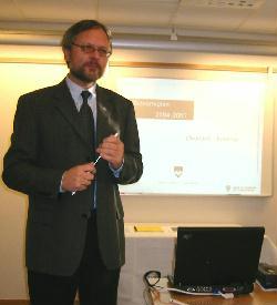 Fylkesrådmann Ottar Brage Guttelvik varslet stramme budsjett på pressekonferansen men store skoleutbygginger. Foto: Gunnar Sandvik