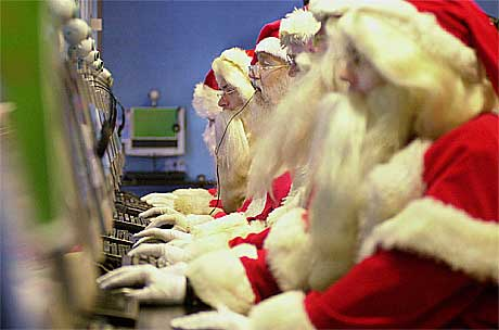 Ingen vits i å spørre julenissen om cd-singler lenger. Foto: Toby Melville, AP.