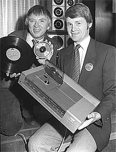 """OSLO 1983: Til høyre Svein Hilmarsen i Philips med den nye compact disc-spilleren, og Mikkel Aas fra Polygram med ny og """"gammel"""" plate, vinyl og cd. 20 år senere er et nytt format i ferd med å ta over. Foto: Scanpix."""
