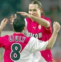 Firemåls-scorer Dado Prso gratuleres av lagkaptein Giuly. (Foto: REUTERS/Pascal Deschamps)
