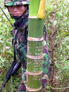 En indonesisk soldat. Skriften på bambustreet sier at opprørerne er klar til kamp. (Foto: AP/Scanpix)