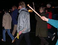 Folk var møtt mannsterke opp i høstmørket. (foto: NRK)