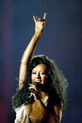 Christina Aguilera var kveldens vertinne. Ho måtte sjølvsagt også synge. REUTERS/Stephen Hird.