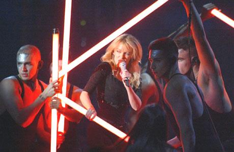 Som seg hør og bør i eit MTV show er også Kylie Minouge med. Foto: AP /Alastair Grant