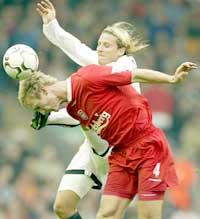 Mange tette dueller på Anfield - her mellom Hyppiä og Forlan. (Foto: REUTERS/Ian Hodgson)