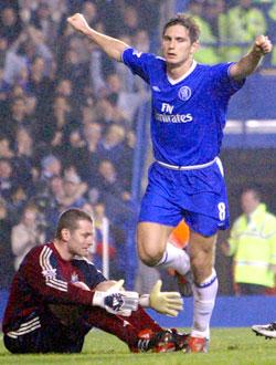 Her er kampen avgjort: Lampard har scoret på straffe etter at O`Brien er utivst. (Foto: REUTERS/Toby Melville)