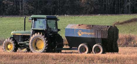 Bønder ved Rygge flystasjon er redde for at jorda blir sprøytet med noe annet en møkk.