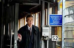 Den mistenktes forsvarer, Per Althin, forlater sikkerhetsrommet i retten i Stockholm. Foto: Jessica Gow, Pressens Bild