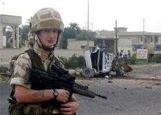 En britisk soldat vokter åstedet for eksplosjonen i Basra. (Foto: AFP/Scanpix)