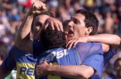 Carlos Tevez omfavnes etter et mål for Boca.