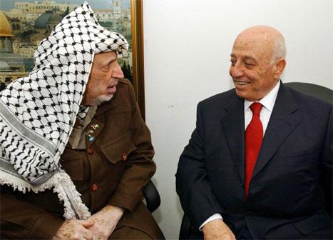 Yasir Arafat og Ahmed Qurei før møtet i det palestinske parlamentet i føremiddag. (Foto. AP/Scanpix)