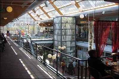 Inne i Pyramiden handelssenter i Gaupne. (Foto: Ottar Starheim, NRK © 2003)