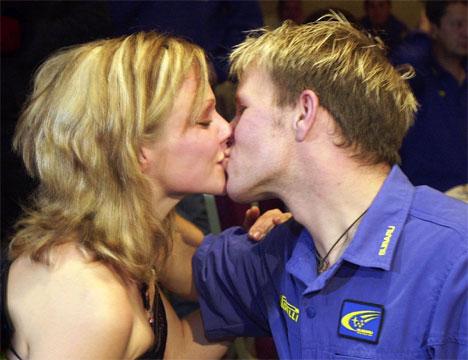 I tillegg til VM-gull fikk Petter også en gullring på fingeren da samboer Pernilla giftet seg i sommer. Her fra festen i Cardiff etter VM-gullet.