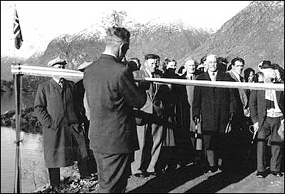 Opning av vegen til Veitastrond i 1956. (Foto utlånt av Statens Vegvesen)