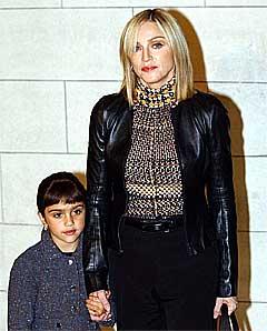 Madonna vil ikke at datteren Lourdes skal få se henne kline med Britney. Foto: Myung Jung Kim, AP.