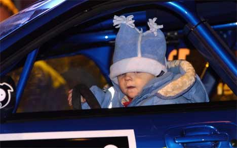 Oliver, sønnen til Petter, fikk prøve VM-bilen. (Foto: Heiko Junge Scanpix)