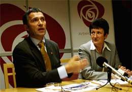 Jens Stoltenberg og Hill-Martha Solberg la fram Arbeiderpartiets alternative statsbudsjett på en pressekonferanse i ettermiddag. Foto: Jarl Fr. Erichsen / SCANPIX