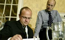 Sentrale aktørar i fredsprosessen på Sri Lanka, statssekretær Vidar Helgesen (t.v.) og ambassadør Hans Brattskar. (Scanpix-foto)