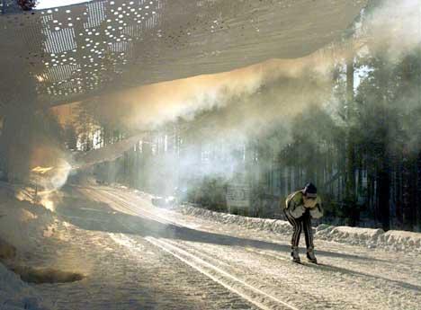 En skiløper på vei i røyken under VM i Kontiolahti i 1999. (Foto: AP/Scanpix)