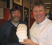 Radiokokk Arne Bredland og programleder Hans Robertsen.