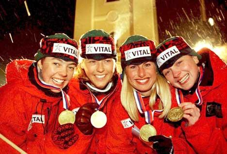Det norske laget med medaljene de vant i VM i Osrblie i 1997. (Foto: NTB/Scanpix)