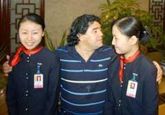 Litt skepsis til en aldrende superstjerne hos flyplasspersonalet i Beijing. (Foto: Reuters/Scanpix)