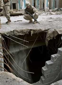 Amerikansk soldat ser på skader på Republikanergardens bygning /Scanpix/Reuters)