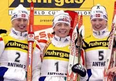 Stor norsk dag i Anterselva i 2002 med trippelseier på jaktstarten. (Foto: AP/Scanpix)