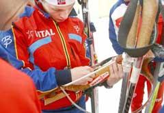 Stian Eckoff falt og ødela geværet under første etappe stafetten i fjor. (Foto: Knut Fjeldstad / SCANPIX)