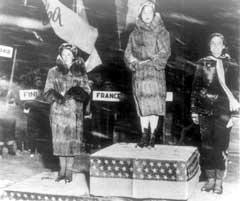 Sonja Henie (i midten) fikk sin andre av i alt tre olympiske gullmedaljer i Lake Placid. (Foto: Scanpix)
