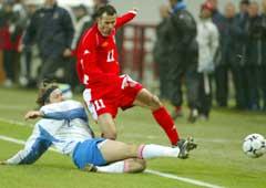 Ryan Giggs i kamp med Russlands Vadim Evseev. (Foto: AP/Scanpix)