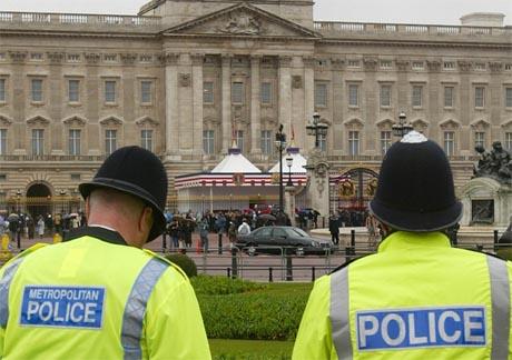 To britiske politimenn bivåner forberedelsene til å ta imot USAs president George W. Bush i Buckingham Palace i dag. (Foto: AP/Scanpix)