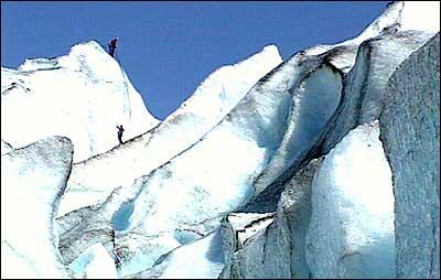 Klatrarar på Nigardsbreen, som er ein del av den enorme Jostedalsbreen. (Foto: Stein Magne Os, NRK)