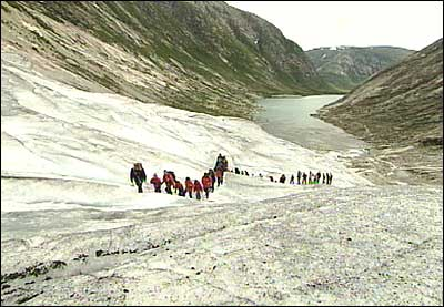 Breturistar på vandring på Nigardsbreen. (Foto: Randi Indrebø, NRK)