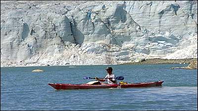 Andy Cullens på det regulerte Styggevatnet. Nedtapping av vatnet fører til at brefronten på Austedalsbreen blir 40 meter høg. (Foto: Torje Bjellaas, NRK © 2003)