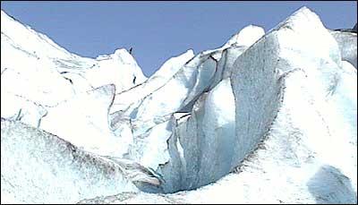 Breklatrarane på Nigardsbreen kan skimtast på toppen. (Foto: Stein Magne Os, NRK)