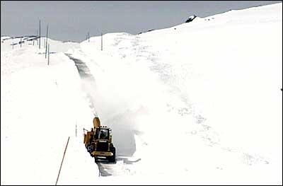 Brøyting av vegen over Sognefjellet etter vinterstenging. Brøytebilane nyttar GPS i tillegg til brøytestikkene for å finne vegen. (Foto: Asle Veien, NRK)