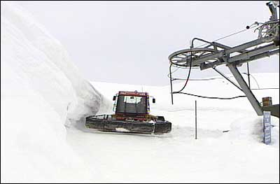 Skitrekk og trakkemaskin ved alpinbakken over Heggmyrane. (Foto: Asle Veien, NRK)