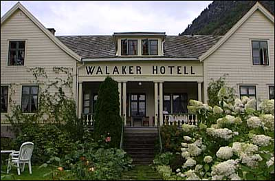 Fasaden til Walaker hotell i Solvorn. Her har det vore gjestgjevarstad sidan 1600-talet. (Foto: NRK)