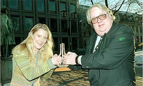 Knut Borge var spellemannsvert for NRK1 i mange år. her sammenn med Vera Micaelsen. Nå blir det blues på P2. Foto: Erik Johansen, Scanpix.